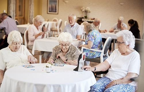 un sénior à aller vivre dans une maison de retraite à Nice